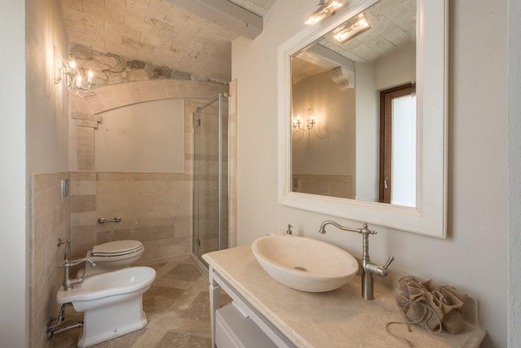 Bagno in travertino, in stile classico - Villa Galatea, San Vincenzo - GH Lazzerini, Toscana