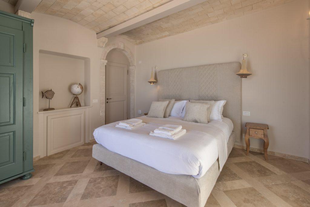 Camera da letto, in legno e pietra naturale. Soffitto in pietra naturale. Villa Galatea, San Vincenzo - GH Lazzerini, Toscana