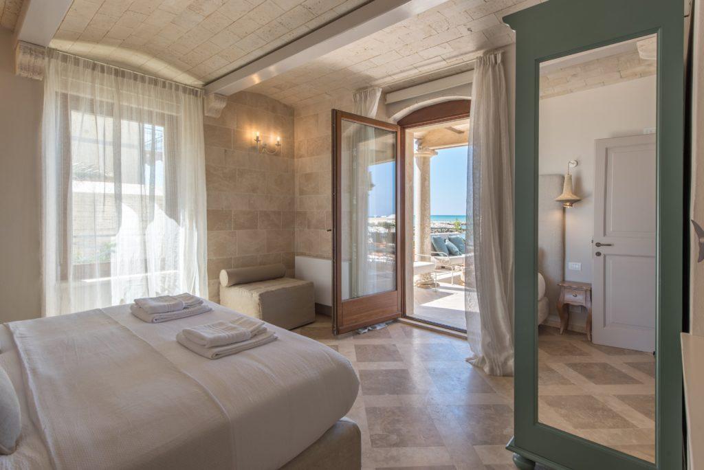 Camera da letto, in legno e pietra naturale, con vista sul mare. Soffitto in pietra naturale. Villa Galatea, San Vincenzo - GH Lazzerini, Toscana