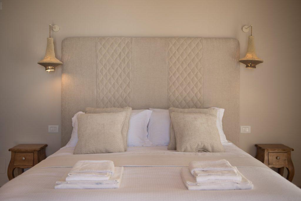 Camera da letto, in legno e pietra naturale. Villa Galatea, San Vincenzo - GH Lazzerini, Toscana