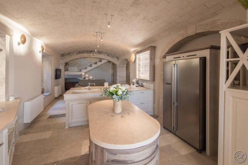 Cucina in legno e pietra naturale, stile classico - Villa Galatea, San Vincenzo - GH Lazzerini, Toscana