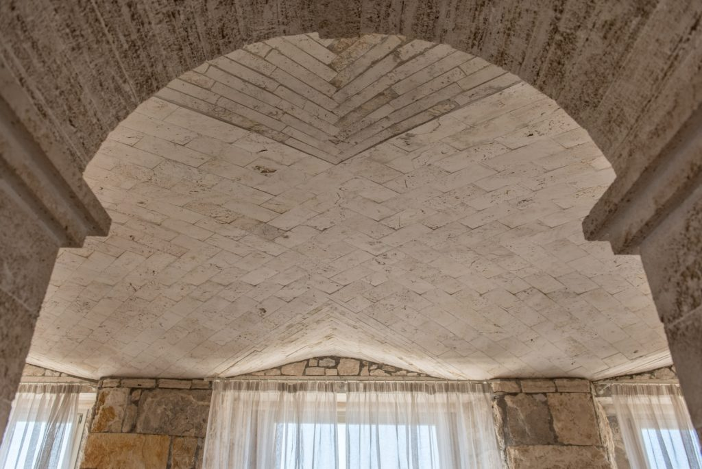 Soffitto in travertino - Villa Galatea, San Vincenzo - GH Lazzerini, Toscana