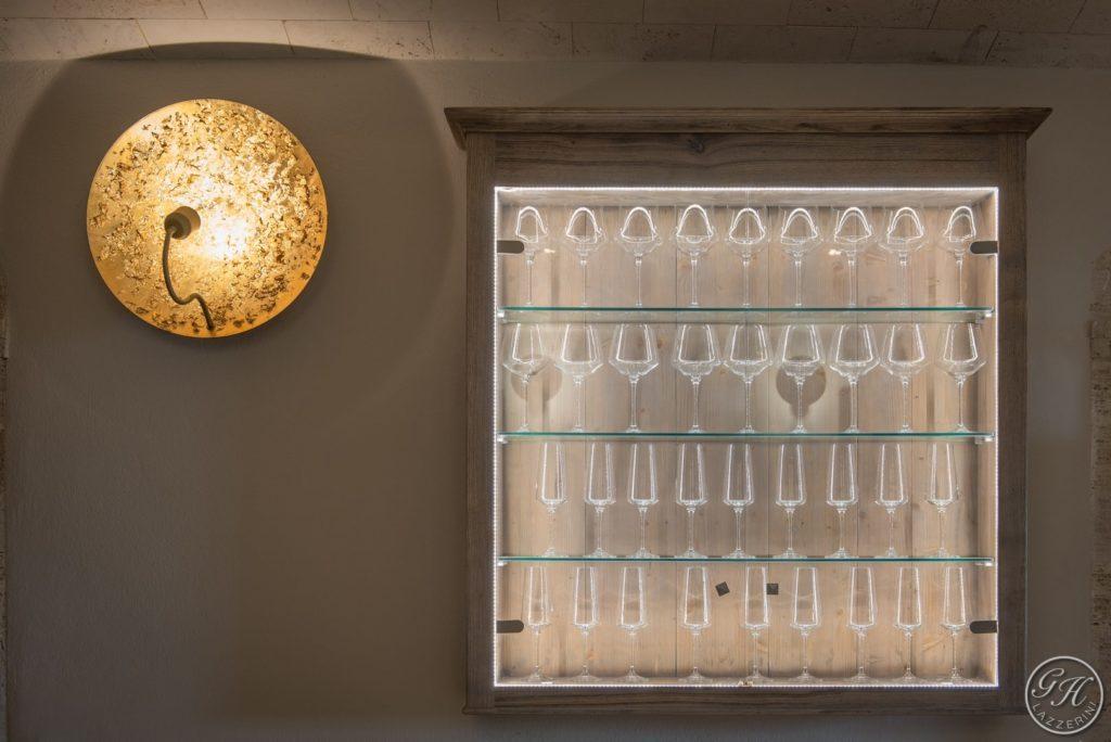 Pensile con calici, con illuminazione di design - Villa Galatea, San Vincenzo, Toscana - GH Lazzerini