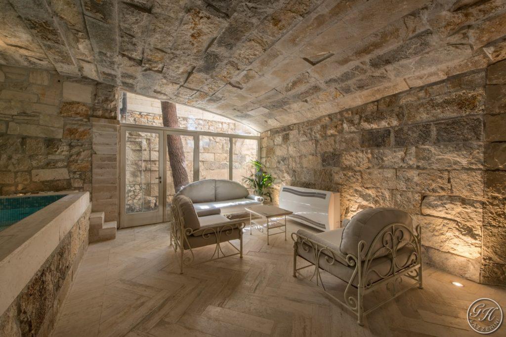 Zona relax in stile classico. Pietra naturale. Piscina riscaldata - Villa Galatea, San Vincenzo - GH Lazzerini, Toscana