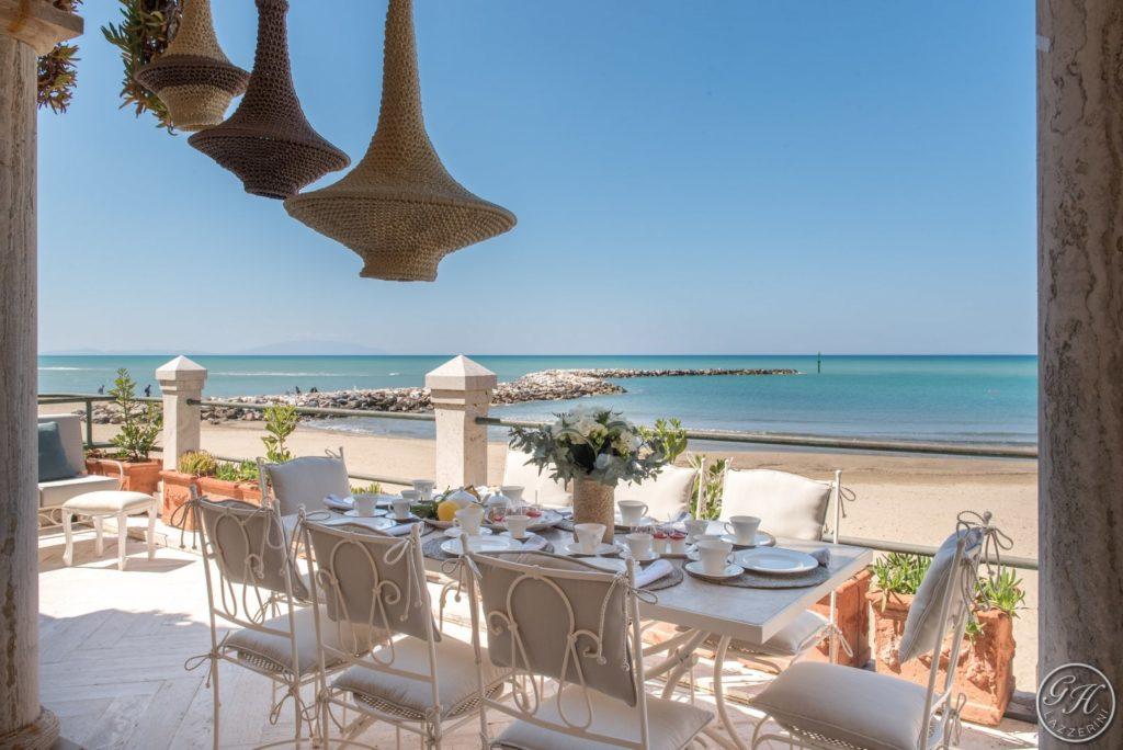 Tavola apparecchiata sulla terrazza sul mare, Villa Galatea - GH Lazzerini, San Vincenzo - Toscana